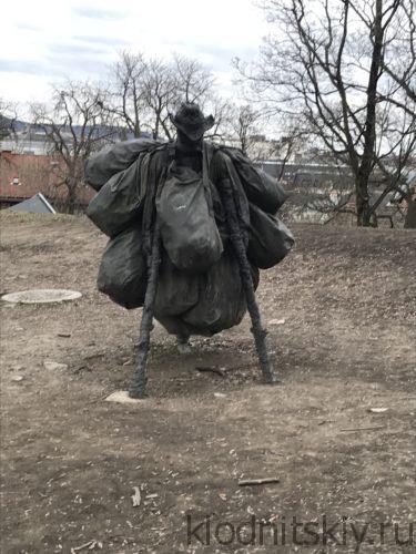 Женщина идущая с войны (Осло, Норвегия)