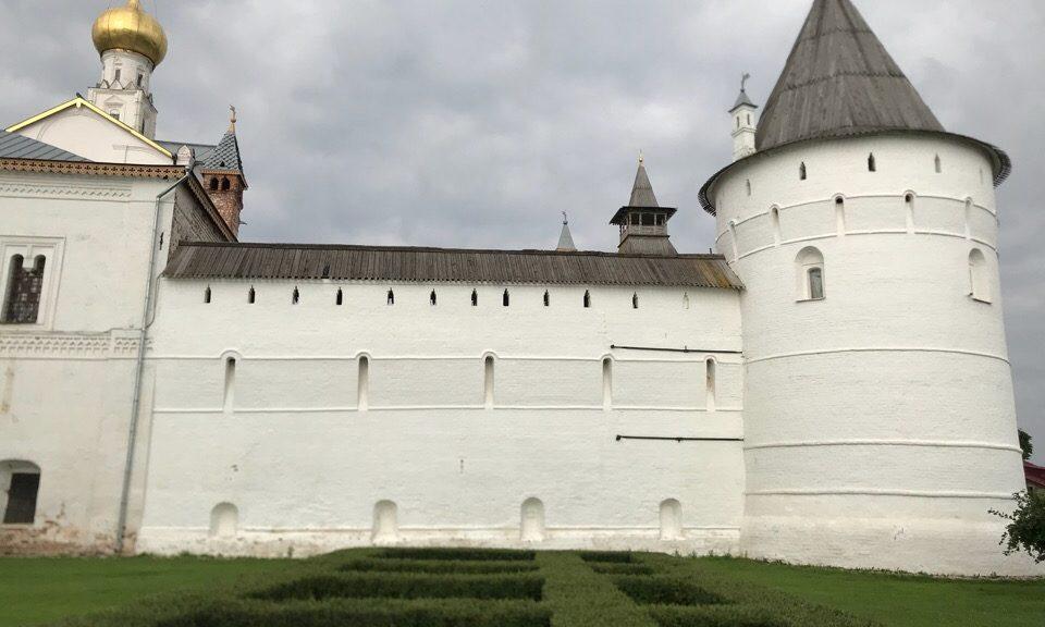 Стены и башни кремля Ростова.